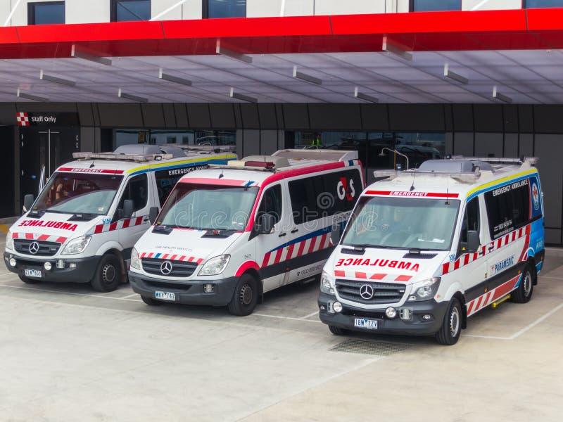 救护车维多利亚和在医院前面的G4S车 库存图片