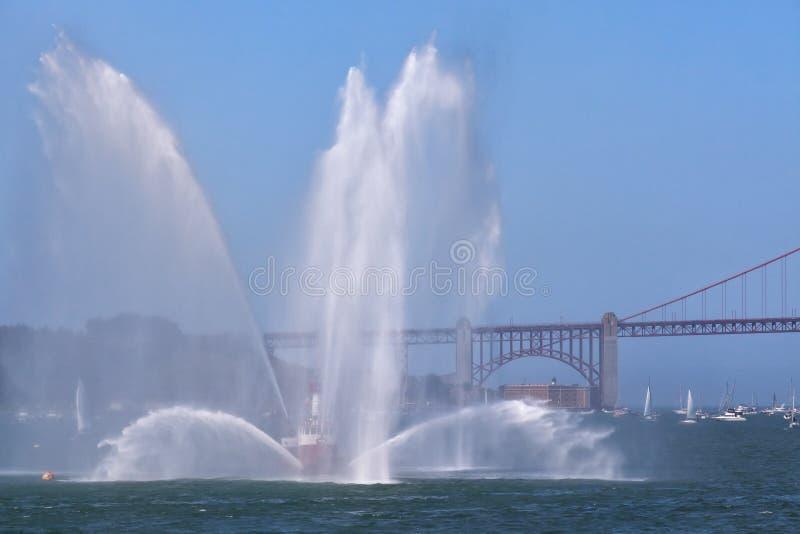 救火船喷洒-金门大桥 免版税库存图片