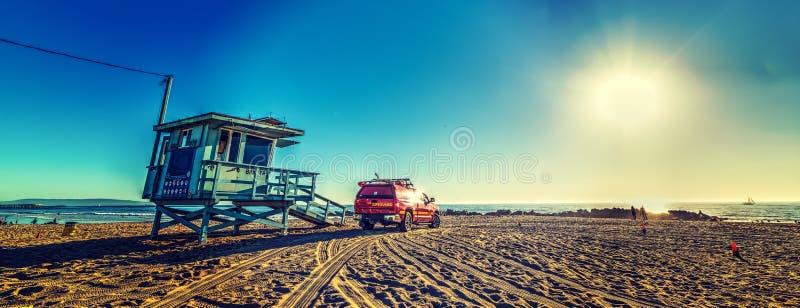 救生员卡车和小屋在威尼斯海滩 免版税库存照片