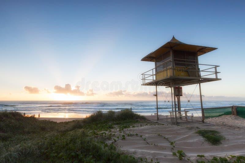 救生员在海滩的巡逻塔在日出,英属黄金海岸澳大利亚 库存照片