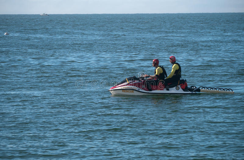 救生员在SeaDo的救援队 库存照片