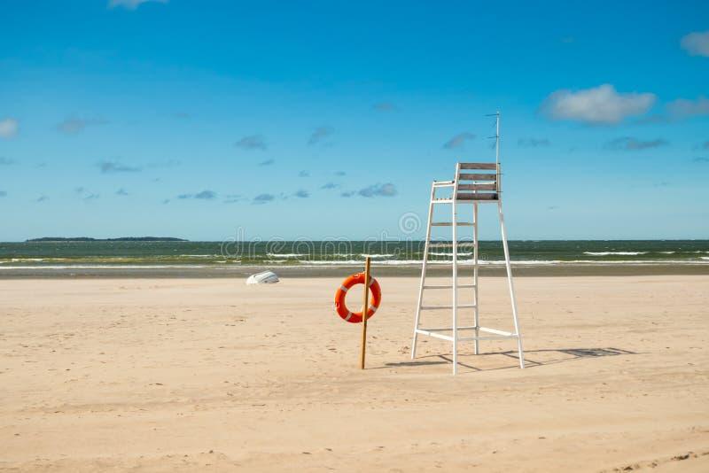 救生员塔和lifering在美丽的沙滩Yyteri在夏天,在波里,芬兰 库存照片