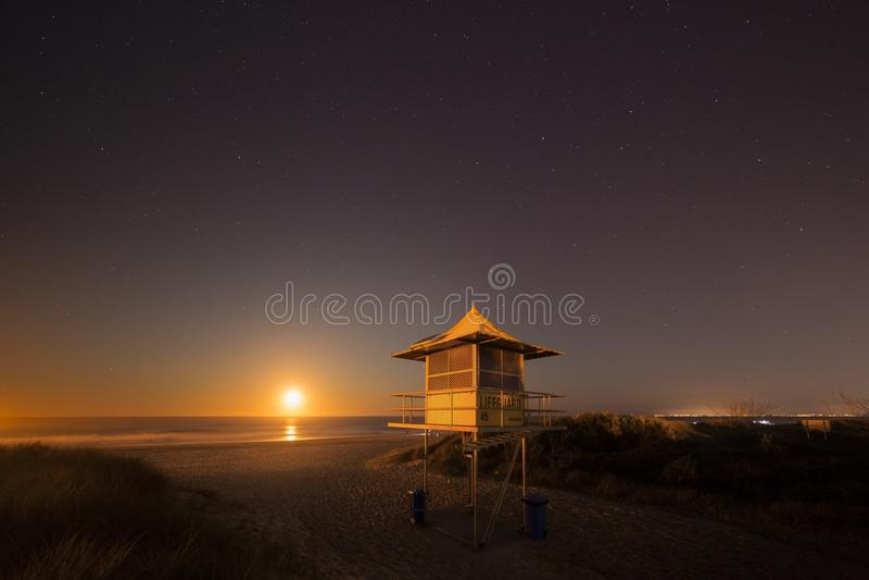 救生员巡逻塔在晚上,英属黄金海岸澳大利亚 免版税库存照片
