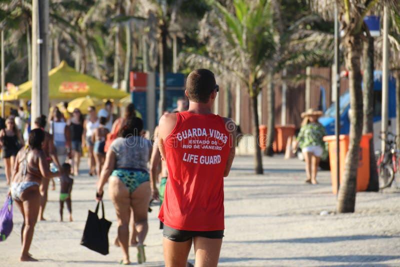 救生员巡逻在Arpoador海滩 库存图片