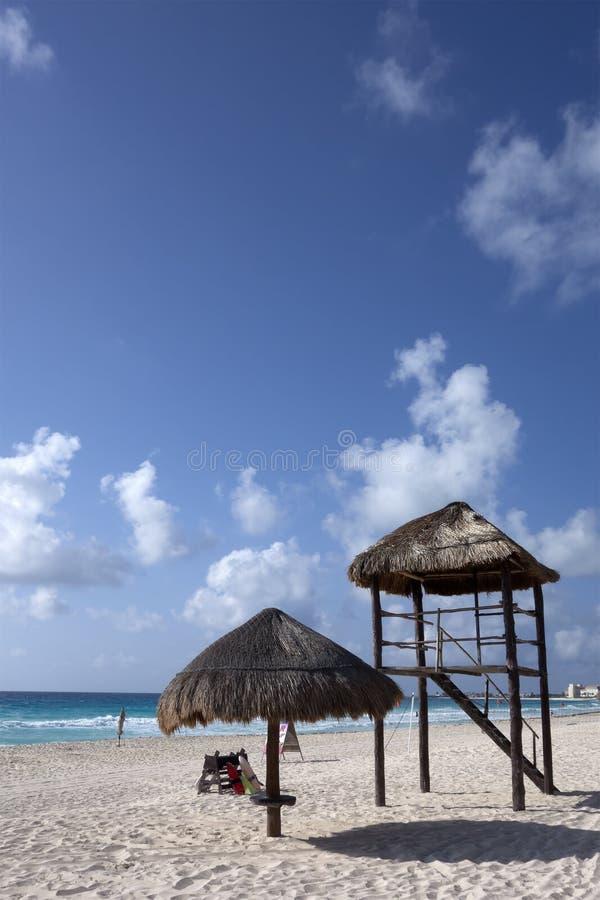 救生员手表塔和沙滩伞,加勒比海海岸,坎昆 免版税库存图片