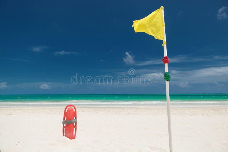 救生员抢救在海滩能在黄色风旗子附近 免版税图库摄影