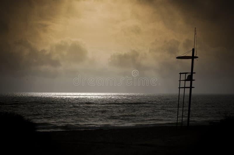 救生员椅子剪影在日出的 图库摄影