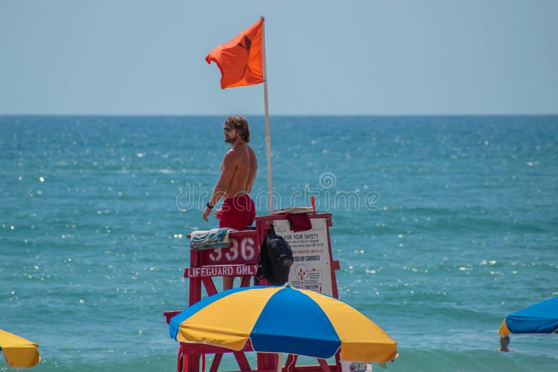 救生员顶视图木红色塔和五颜六色的伞的 免版税图库摄影