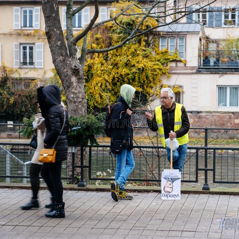 救生服和anty伊曼纽尔Macron海报的人 库存照片
