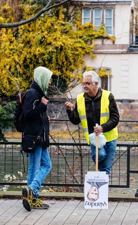 救生服和anty伊曼纽尔Macron海报的人 免版税库存照片
