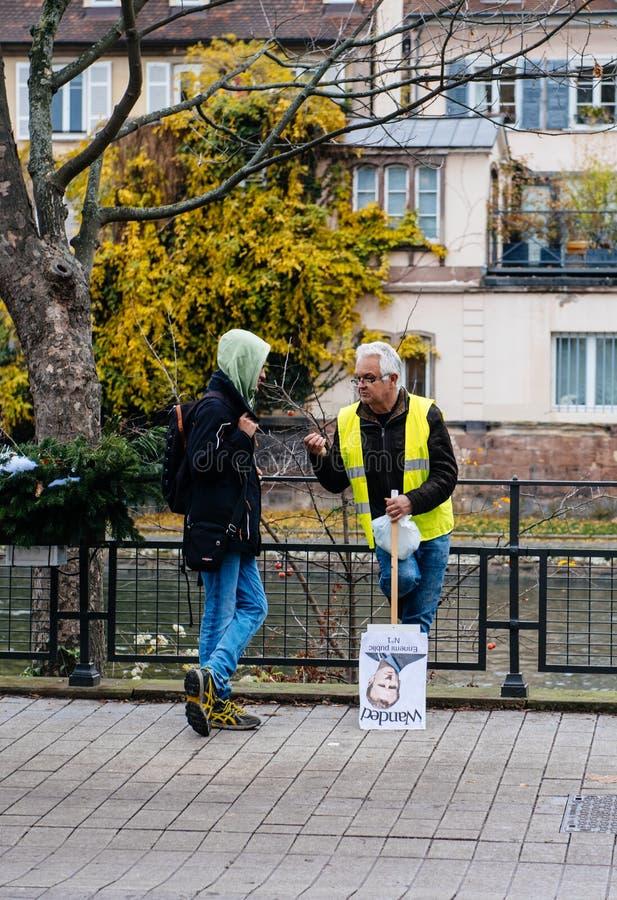 救生服和anty伊曼纽尔Macron海报的人 图库摄影