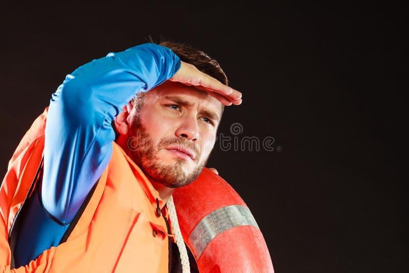 救生背心的救生员与lifebuoy的救生圈 图库摄影