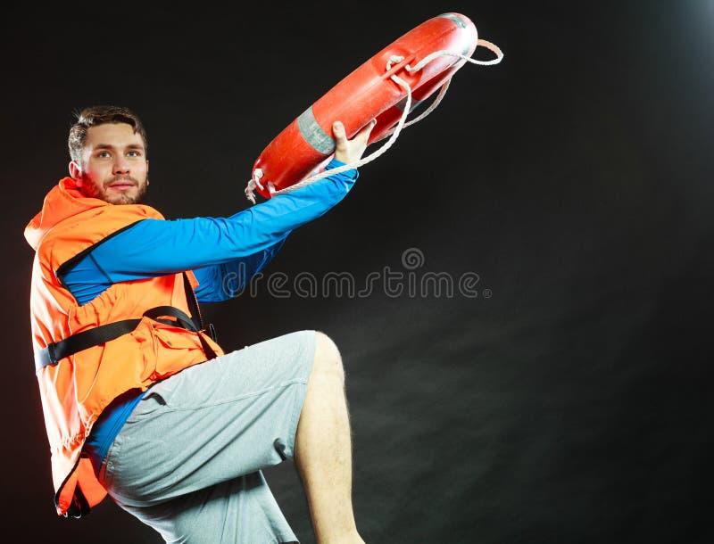 救生背心的救生员与lifebuoy的救生圈 库存照片