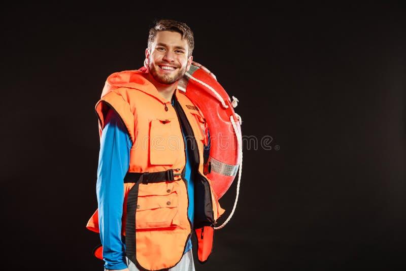 救生背心的救生员与lifebuoy的救生圈 免版税图库摄影