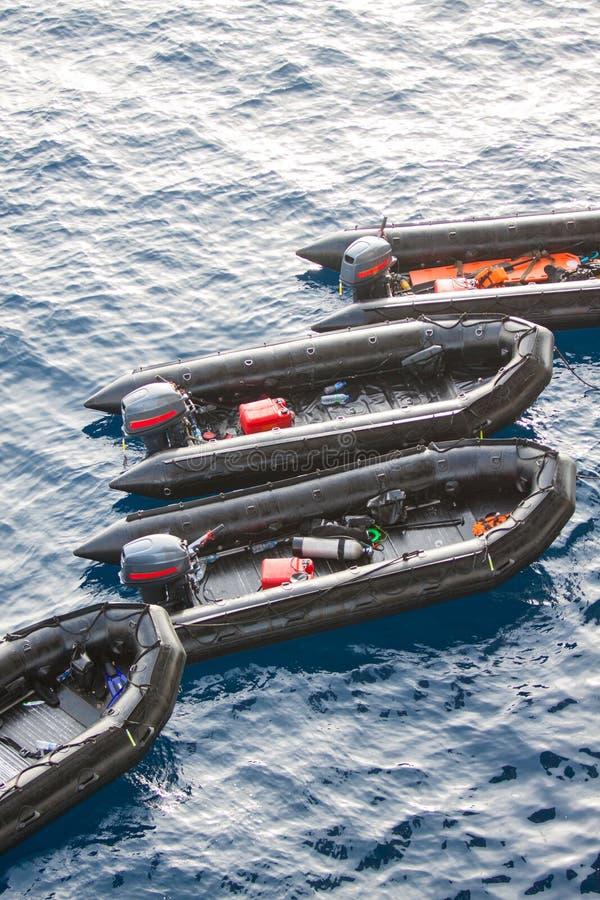 救生船在帮助和支持人的海 救助艇在海,有引擎的橡皮艇 免版税库存图片