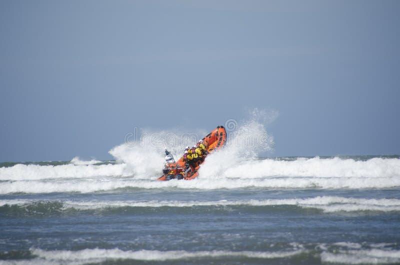 救生艇发射到海里 库存图片