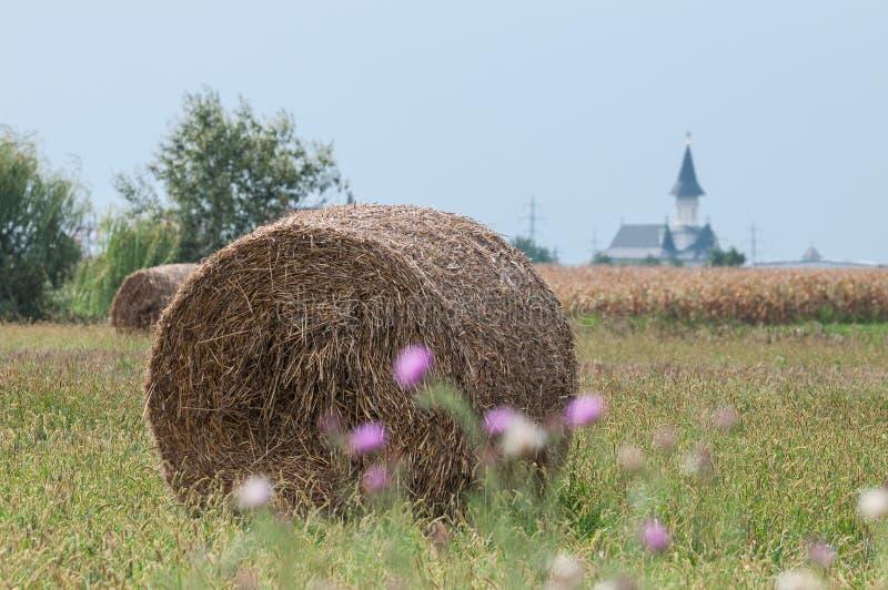 教会、大包干草和麦地 库存图片