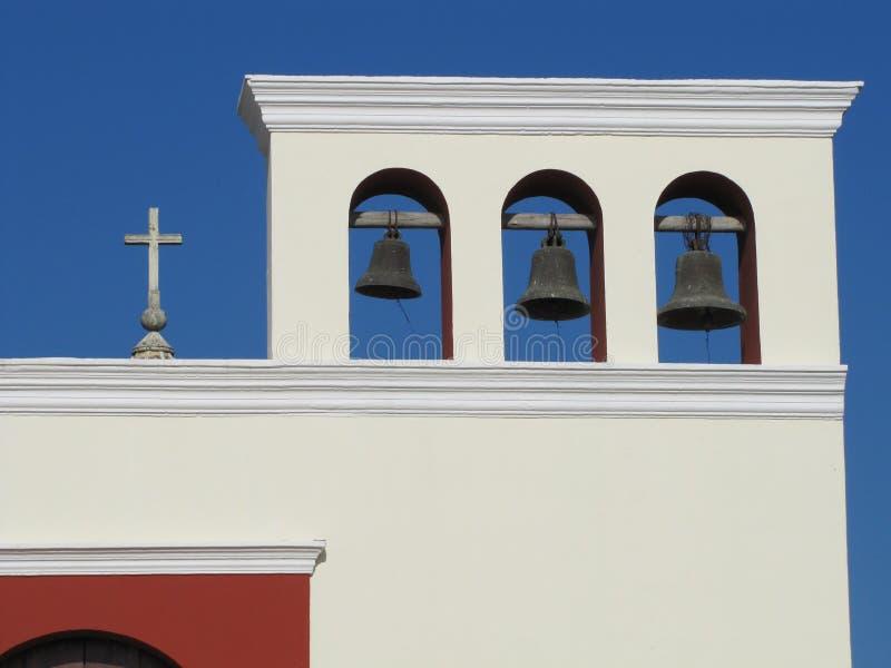 教会十字架和响铃 免版税库存照片