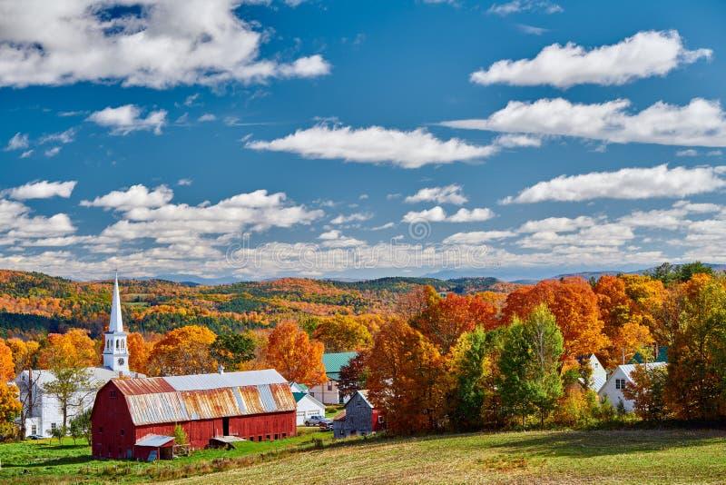 教会和农场有红色谷仓的秋天 免版税库存照片