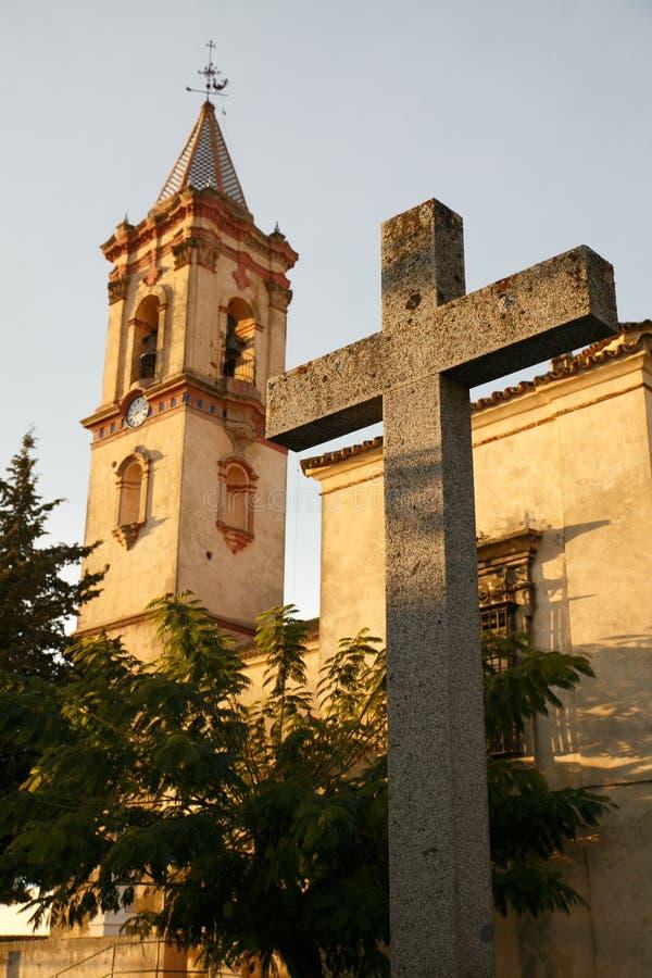教会和十字架的中世纪塔 库存图片
