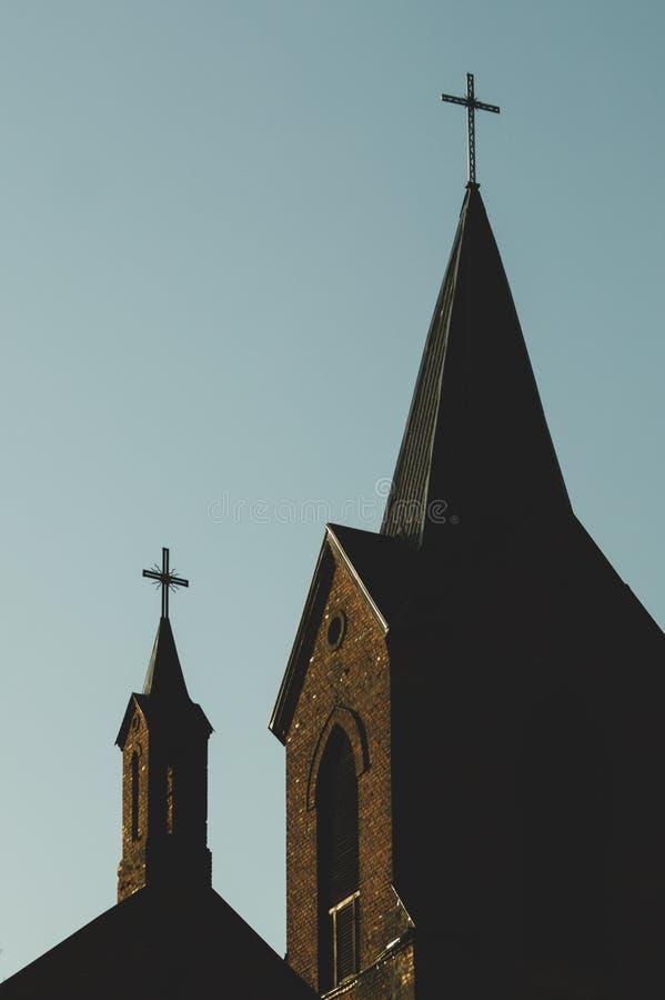 教会和十字架的剪影 库存图片