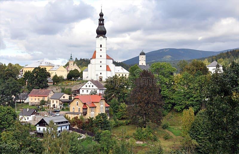 教会和城堡,村庄Branna,捷克,欧洲 免版税库存照片