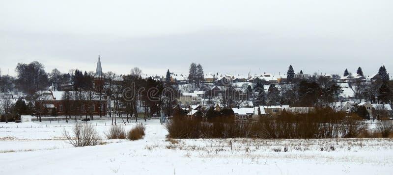 教会和家在Gelgaudiskiai镇,立陶宛 免版税库存照片