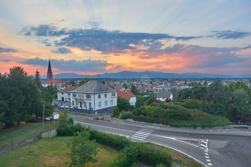 教会和小镇红色屋顶美丽的景色在阿尔萨斯 免版税库存图片