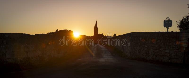 教会和村庄,圣Emilion日出尖顶  免版税库存图片
