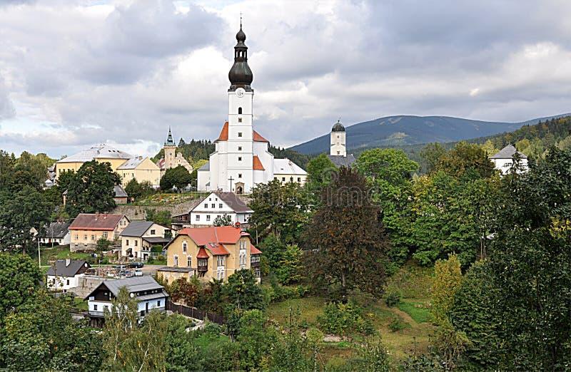 教会和村庄Branna,捷克,欧洲 免版税库存照片
