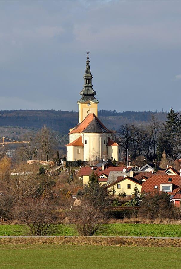 教会和村庄Troubsko,捷克共和国,欧洲 免版税库存图片