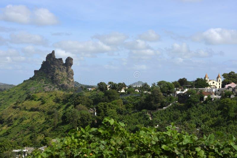 教会和火山的高峰风景,圣地亚哥海岛,佛得角 免版税库存照片