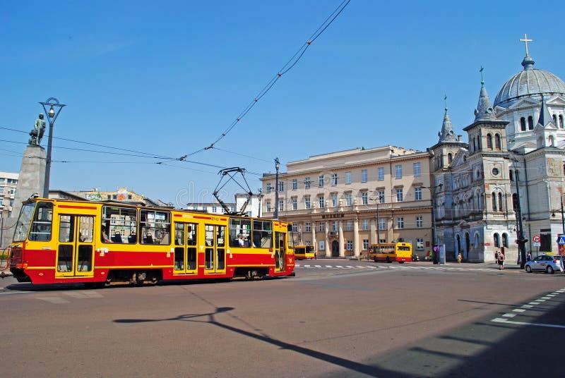 教会和电车在罗兹,波兰 库存图片