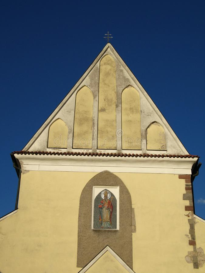教会和钟楼在老镇贝内绍夫 免版税图库摄影
