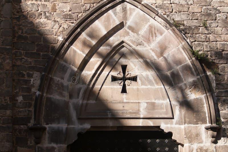 教会哥特式样式建筑学入口,巴塞罗那,西班牙 免版税库存图片