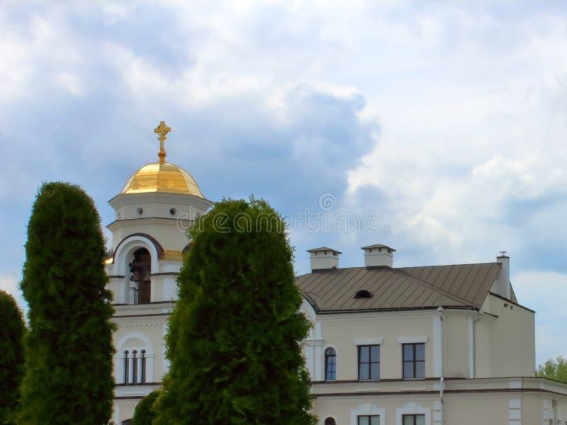 教会圆顶在天空蔚蓝的钟楼 免版税库存图片