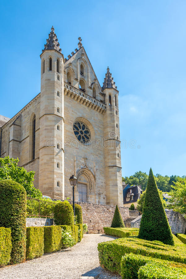 教会圣徒酸与庭院-法国的Terrasson Lavilledieu 库存照片