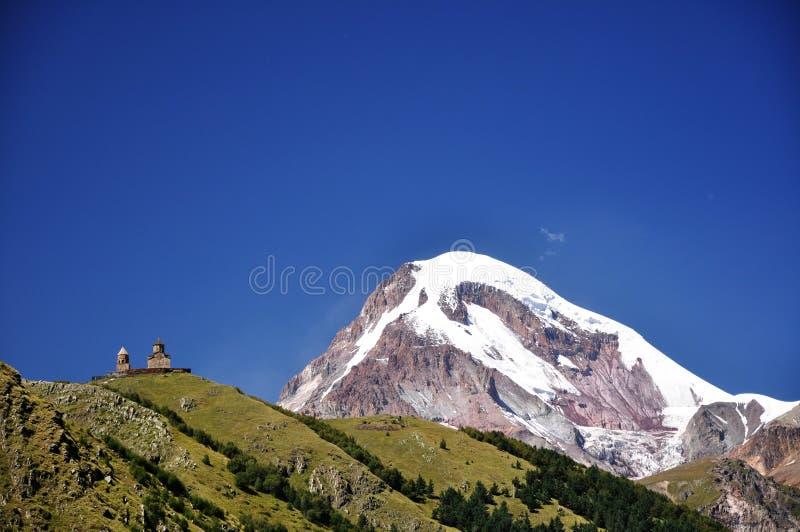 教会圣洁kazbeg山三位一体 免版税库存照片