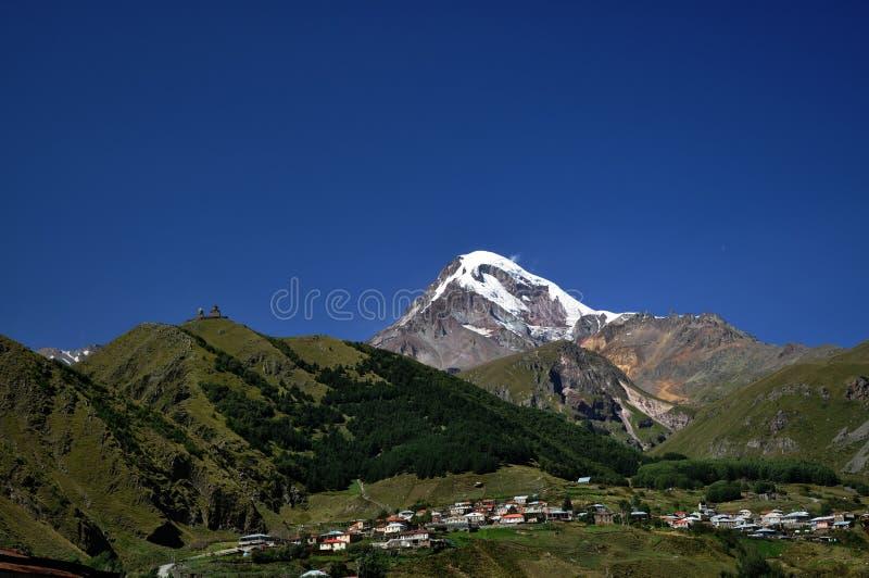 教会圣洁kazbeg山三位一体 库存图片