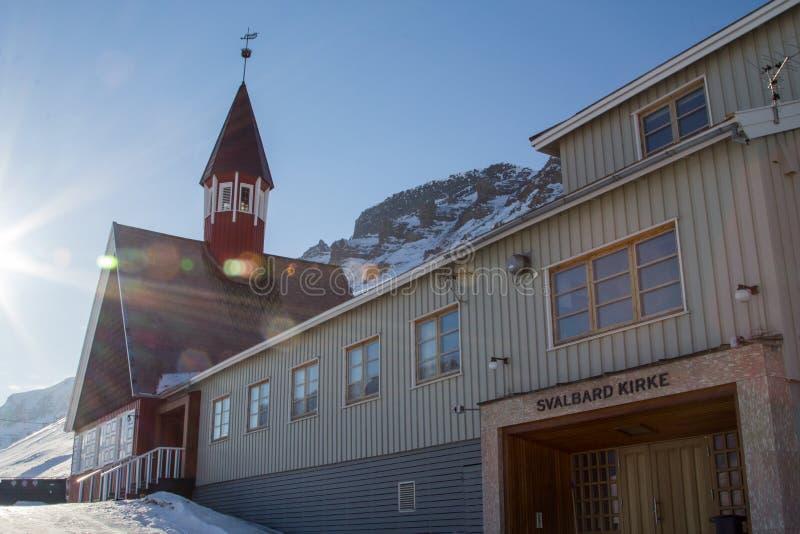 教会在冬天在朗伊尔城,卑尔根群岛(斯瓦尔巴特群岛) 挪威 免版税库存照片
