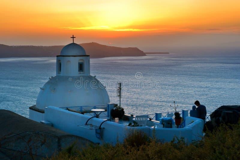 教会在圣托里尼,日落的希腊 免版税库存图片