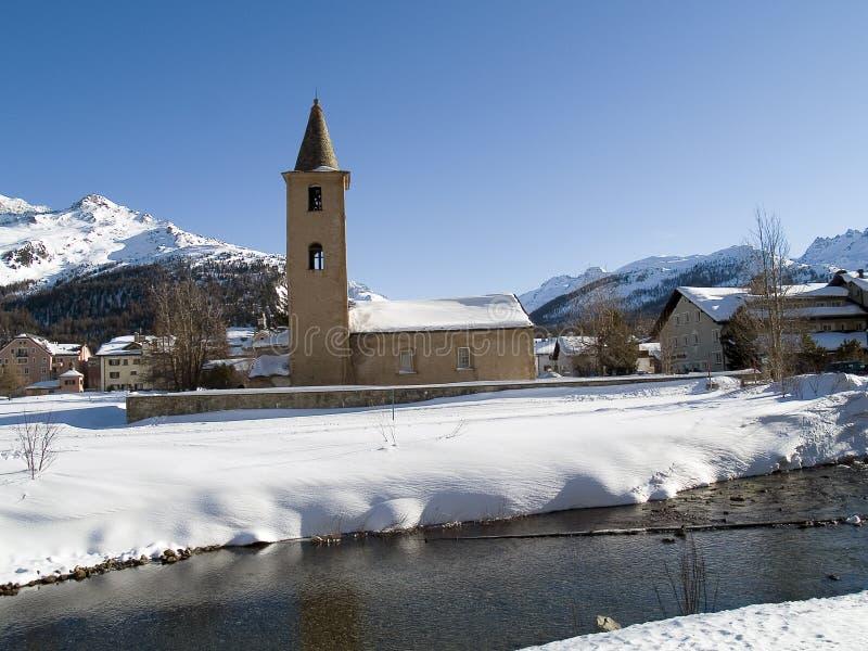 教会在多雪的乡下 库存照片