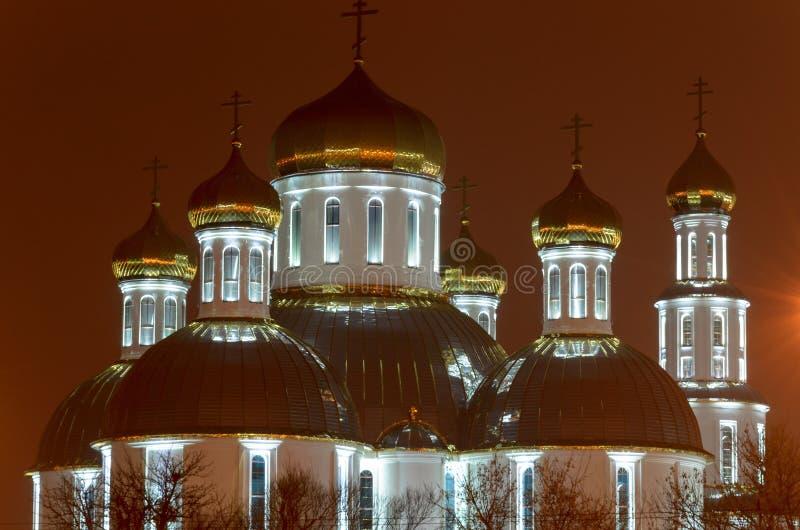 教会在夜城市 闪烁镀金了圆顶 免版税库存照片