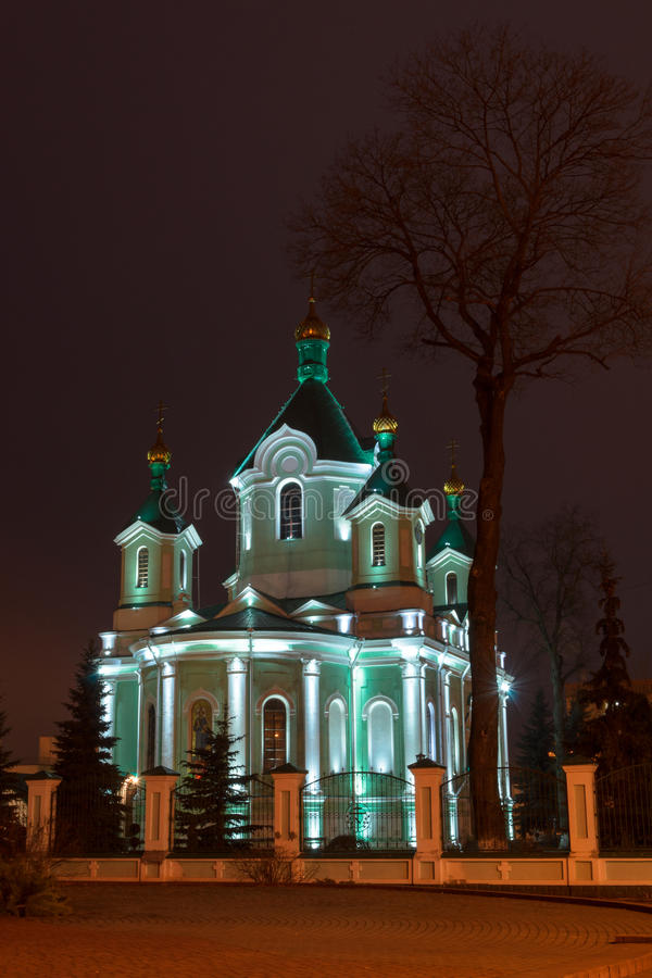 教会在夜城市 闪烁镀金了圆顶 图库摄影