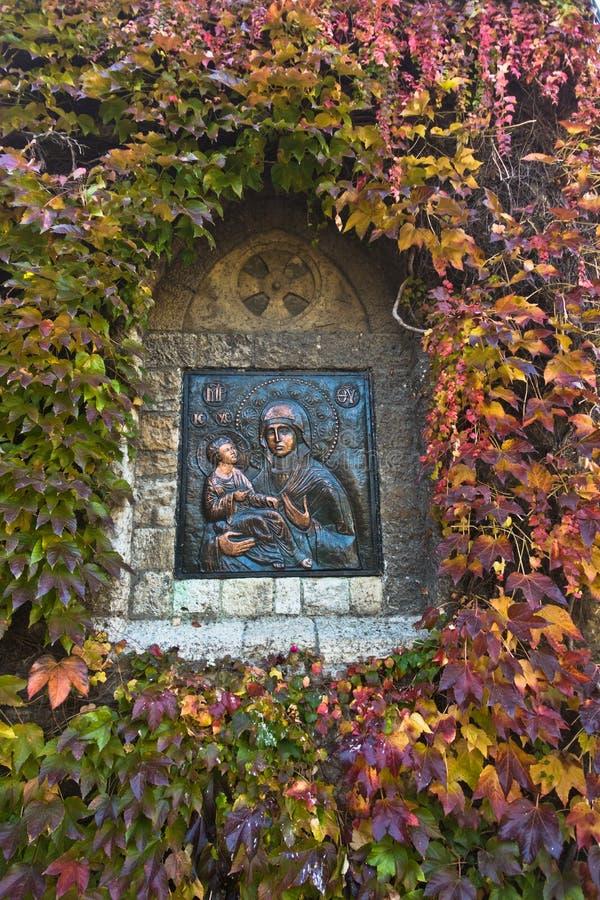 从教会墙壁的细节,有耶稣基督的圣母玛丽亚围拢了与秋叶在Kalemegdan,贝尔格莱德 免版税库存照片