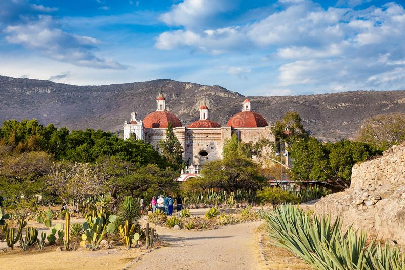 教会墨西哥mitla oaxaca帕布鲁棕色・圣 免版税图库摄影