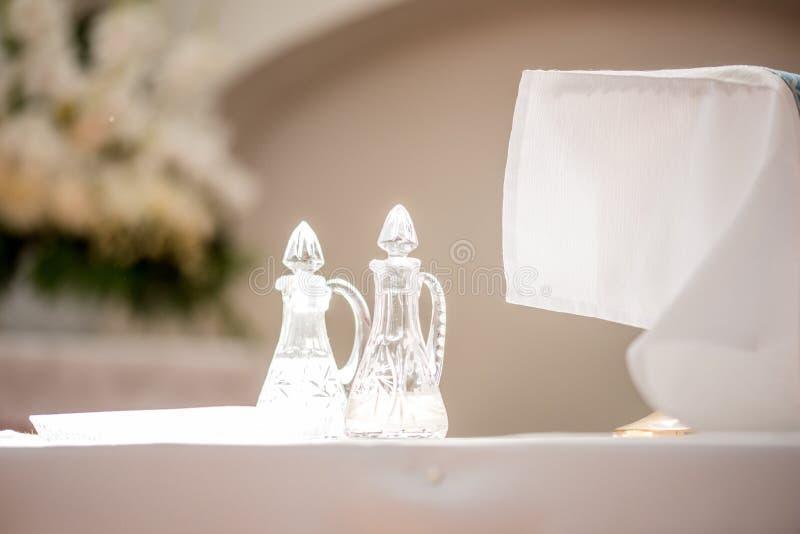 教会婚礼 明亮的寺庙 玻璃船 面包酒 库存照片