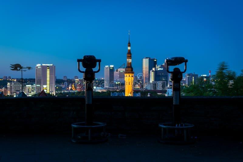 教会尖顶位于与从观察平台采取的现代大厦在黄昏 库存照片