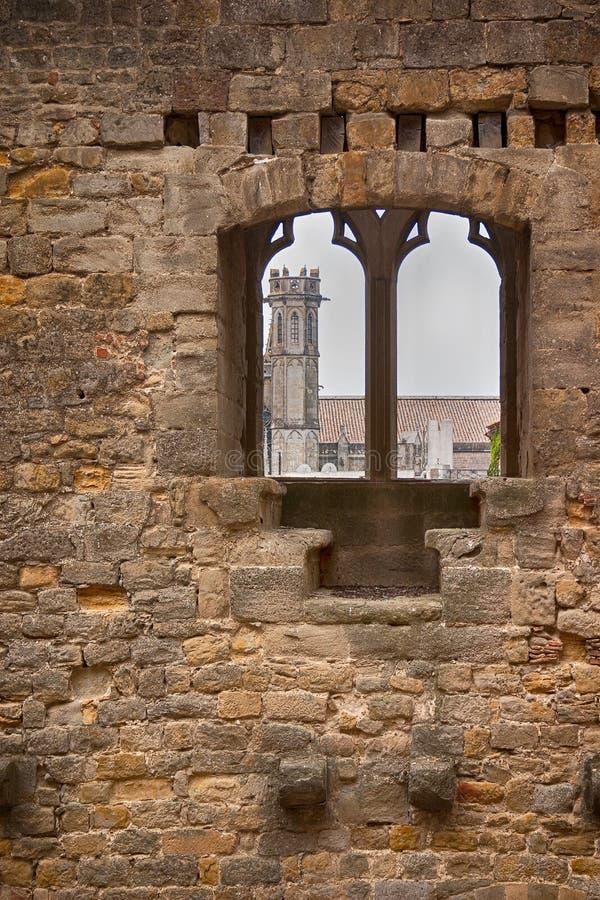 教会尖顶通过中世纪墙壁 库存照片
