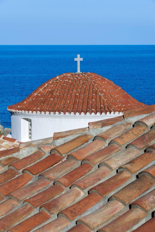 教会屋顶在莫奈姆瓦夏城堡镇在Lakonia,希腊 库存照片